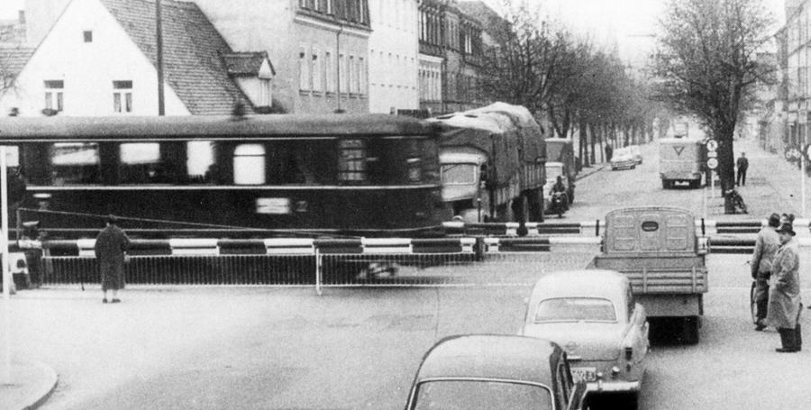 Doch schon damals war die Bahn nicht mehr rentabel genug. Da sie sich an vielen Stellen die Straße mit dem Autoverkehr teilen musste, war eine Vielzahl von Unfällen die Folge. 1963 wurde die Strecke der