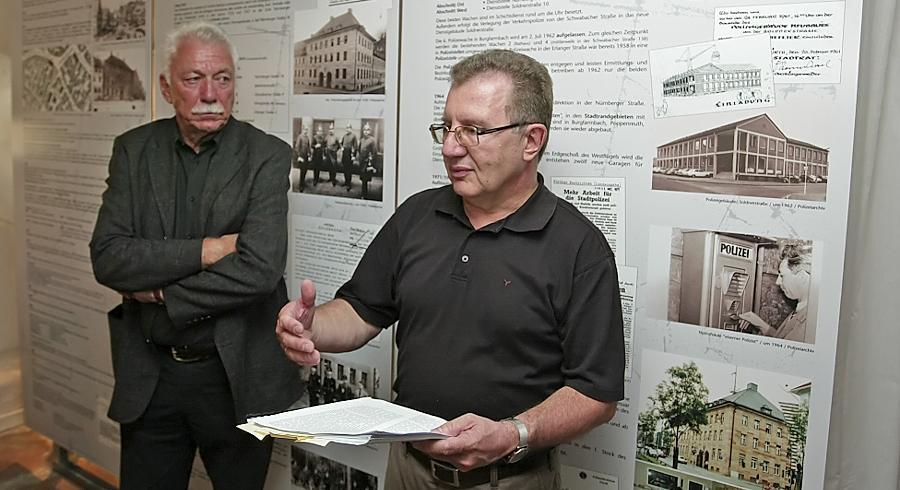 Im Kriminalmuseum trug Autor Bernd Jesussek (rechts) Auszüge aus dem Buch vor. Gebannt lauschte Wilfried Dietz, Leiter a. D. der Polizeidirektion Fürth.