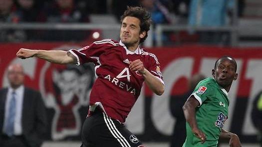 In der Relegation um Auf- und Abstieg ins Oberhaus behielt der Club gegen die Fuggerstädter im Mai 2010 die Oberhand. Im Hinspiel in der Noris ließ Juri Judt gegen Ibrahima Traore kaum etwas zu. Im Rückspiel machte er Augsburgs Außenbahnakteur wahnsinnig.