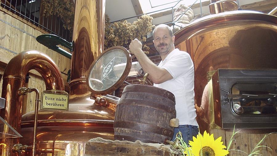 Norbert Winkelmann zeigt seinen Gästen am Schau-Sudkessel, wie Bier gebraut wird. Er hat sich auch mit seiner Brennerei einen Namen gemacht.