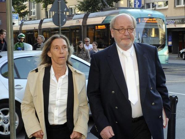 Andrea Combe und Reinhard Birkenstock, die Anwälte von Jörg Kachelmann, auf dem Weg ins Landgericht in Mannheim.