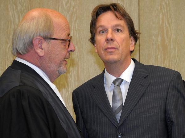 Der Wettermoderator Jörg Kachelmann mit seinem Anwalt Reinhard Birkenstock im Landgericht Mannheim.
