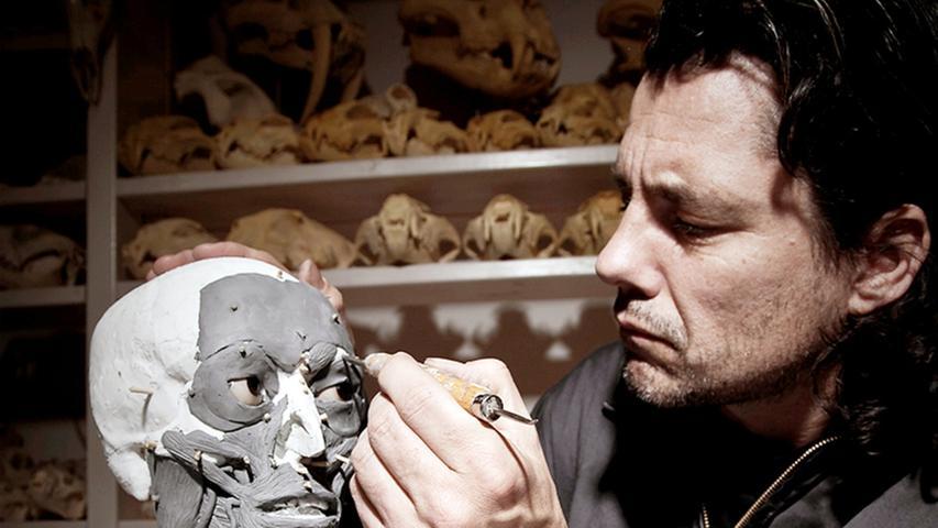 Der holländische Künstler Adrie Kennis rekonstruiert den Kopf des Gletschermannes, basierend auf den neuesten forensischen Erkenntnissen. Die Besucher des Bozener Museums können so den Steinzeit-Jäger in seiner menschlichen Gestalt betrachten.