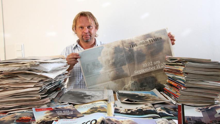 Hubert Bösl mit einer The Times, auf deren Doppelseite sein Bild vom 11. September 2001 abgedrucktist.