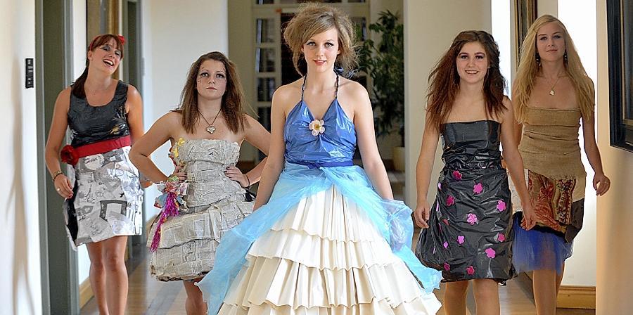 Junge Frauen führten bei einer Re-Fashion-Modenschau im Rathaus vor Augen, wie kleidsam Abfallmaterialien gestaltet werden können.