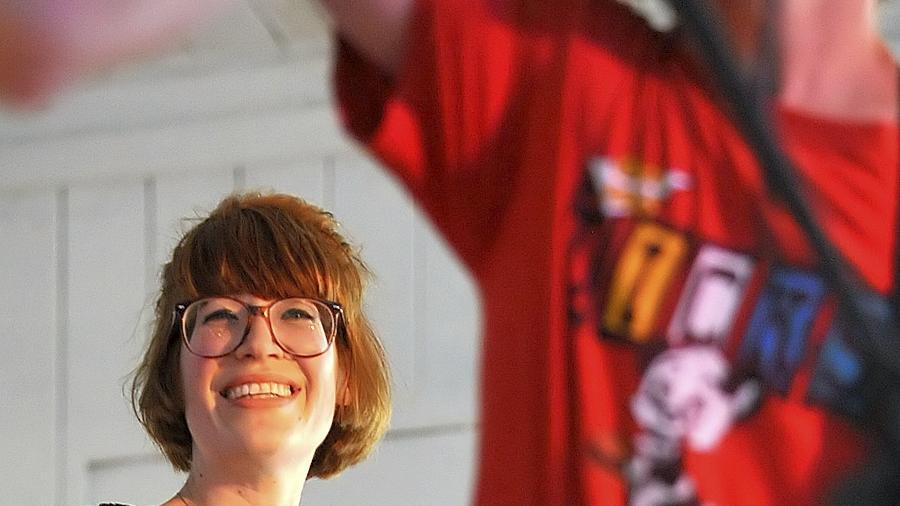 Völlig losgelöst: Sängerin Luisa Hartmann von der Nürnberg-Gießener Band Mon Petit Chou Chou hottete im alten Flussbad ab.