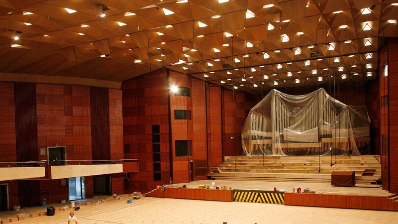 Im September 2011 ist die Innenausstattung original – bis auf das Parkett. Arbeiter erneuern es, zum Schutz ist die Orgel verhüllt.