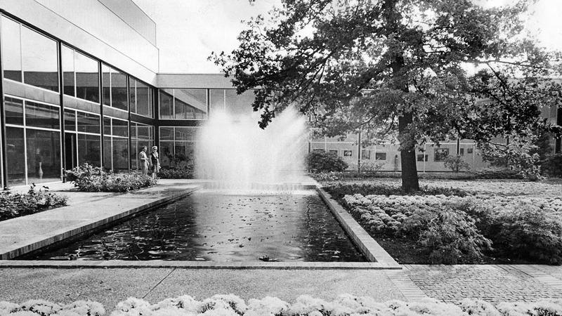 """Diese Ansicht von 1963 macht verständlich, warum dieses Atrium """"Gartenhof"""" heißt. Blumenbeete und Wasserfontänen machten Eindruck auf die Besucher."""