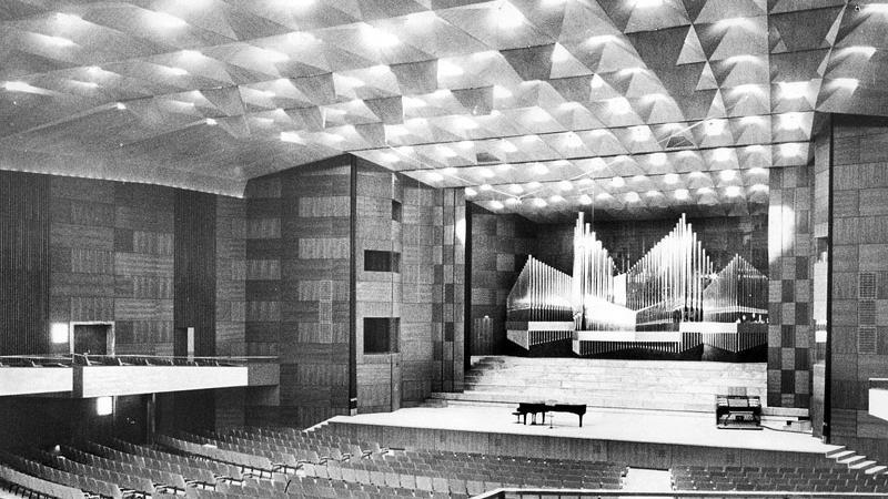 Ein Blick in den großen Saal vor dem Eröffnungskonzert im September 1963. 30 Jahre lang hatten die Nürnberger auf ihren Saalbau warten müssen, der damals als luxuriös und weltstädtisch galt. Die Kosten nach gut drei Jahren Bauzeit: 29,6 Millionen Mark.