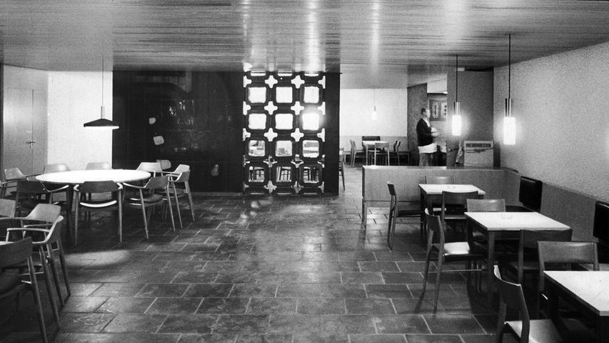"""Im """"Bierstüberl"""" im Keller wurden die Gäste nach den Aufführungen bedient. Zum Hallenbetrieb zählten im Untergeschoss ursprünglich sogar eine eigene Müllverbrennung und eine Wäscherei."""