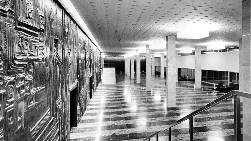 Kommt Ihnen der Anblick bekannt vor? Das Foyer 1963 – seither durfte nichts verändert werden.