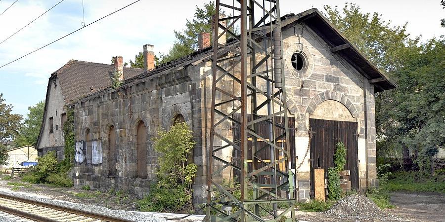 Zu den ältesten Zeugnissen der Bahngeschichte gehört der 151 Jahre alte Fürther Lokschuppen mit angefügtem Wirtschaftsgebäude aus dem Jahre 1911 und dem knapp daran vorbeilaufenden neuen S-Bahn-Gleis.