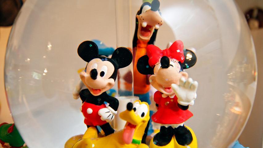 Mickey, Minnie, Goofy und Pluto haben gut Lachen. Der arme Donald muss ich mit dem Hintergrund zufrieden geben.