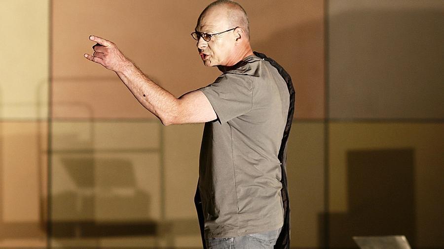 """Da geht's lang: Uwe Weiherer, hier in einer """"Julius Caesar""""-Szene vom Sommer 2010 im Hof des Kulturforums, inszeniert in Kürze Heinrich von Kleists """"Amphitryon""""."""