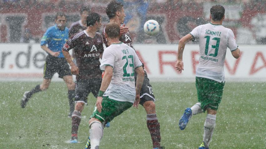 Weniger Höhepunkte hat das fränkisch-hanseatische Aufeinandertreffen in der Hinrunde der Anschluss-Saison zu bieten. Im November 2011 sorgt sintflutartiger Regen beinahe für einen Spielabbruch in der Noris. Der Himmel weint, der Grund für die längste Halbzeitpause der Liga-Geschichte.