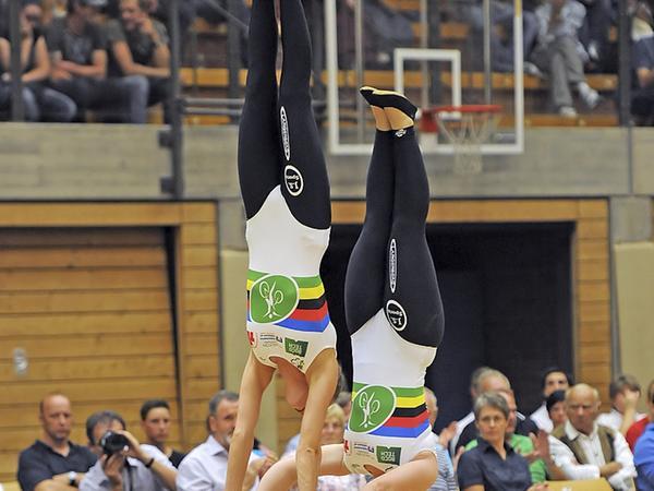 Kopfstand im Sattel, Handstand auf dem Lenker: Die Weltmeisterinnen Katharina Wurster (vorne) und Jasmin Soika bei einem besonders schwierigen Übungsteil.