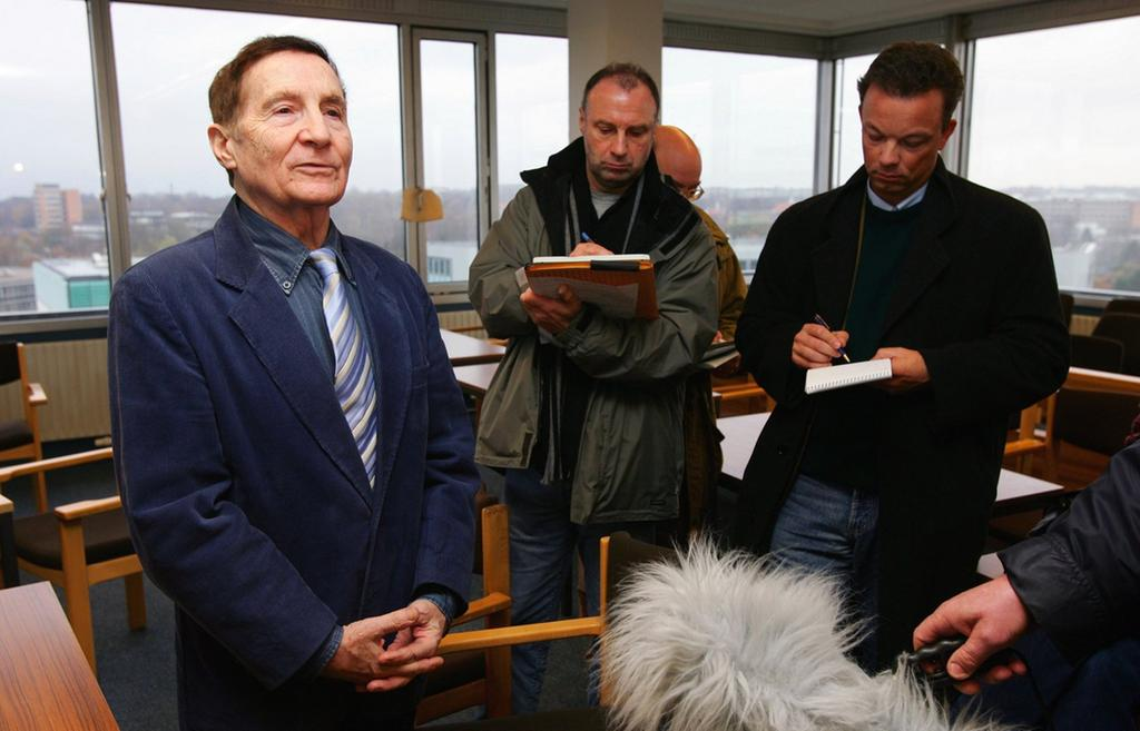 Im Gerichtssaal des Hamburger Landgerichts wird er wegen Steuerhinterziehung zu einer Bewährungsstrafe von zwei Jahren und einer Geldbuße von 150.000 Euro verurteilt.