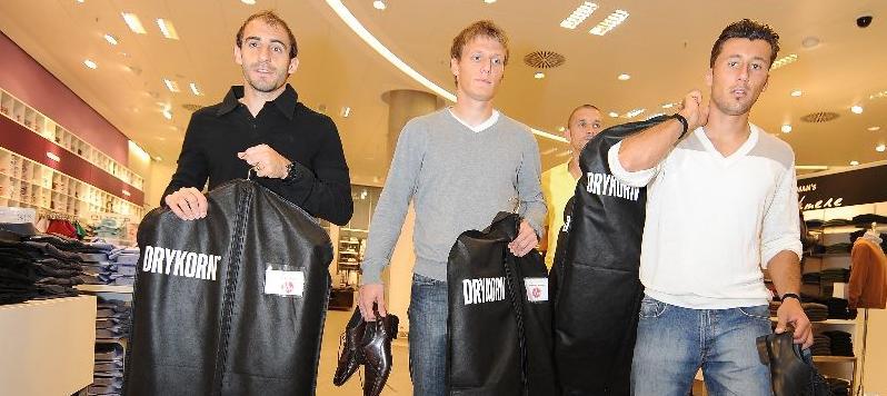 Das wars: Javier Pinola,  Alexander Stephan, Timmy Simons (hinten) und Dominic Maroh verlassen das Kaufhaus mit ihren neuen Anzügen im Gepäck.