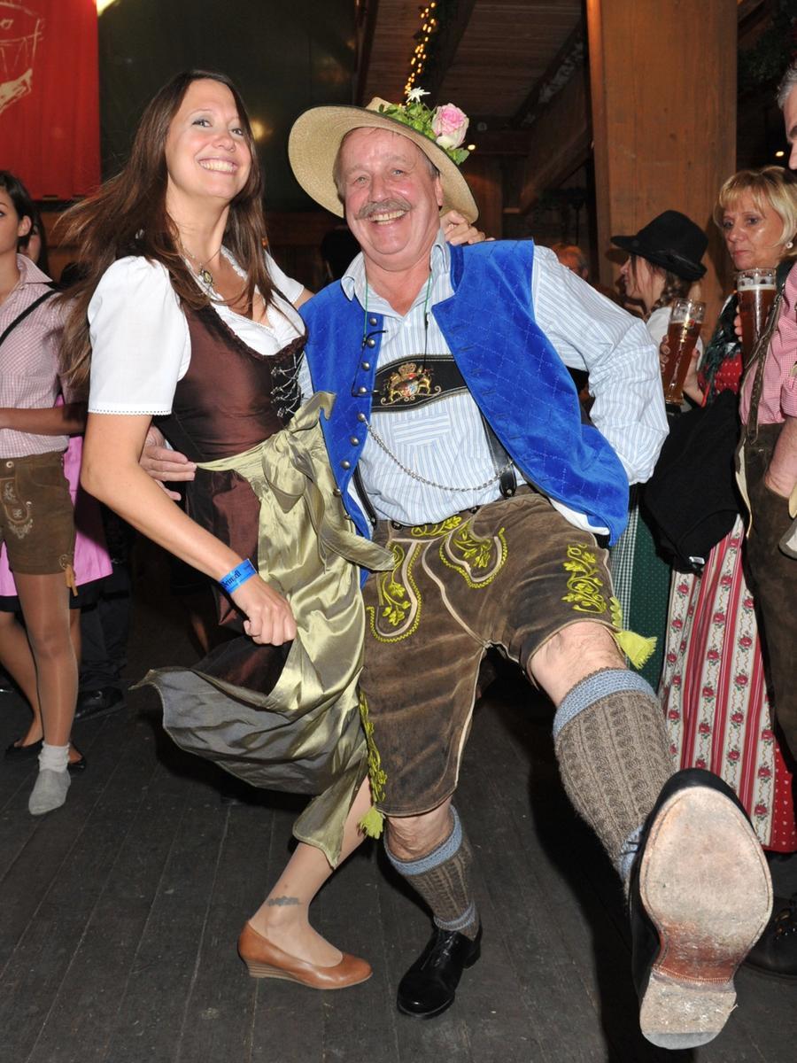 Der Maler Wolfgang M. Prinz und Claudia Finger-Erben waren schnell auf der Tanzfläche.