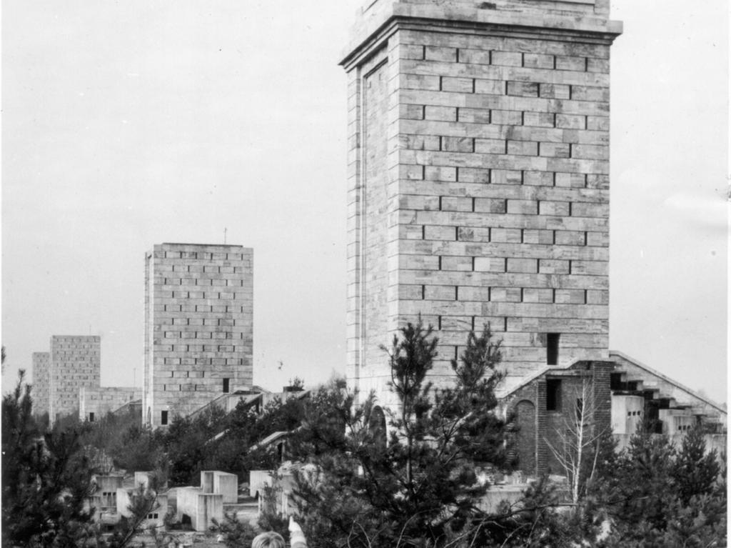 Nürnberg, Reichsparteitagsgelände, Märzfeld - Türme. Im Dritten Reich sollte dort das Deutsche Stadion entstehen. Heute erinnern nur noch elf wuchtige Türme daran, geplant waren 26. Sie sollen abgerissen werden.