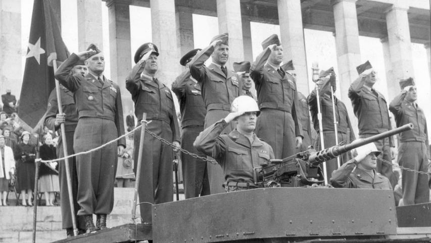 Abschiedsparade eines US-Battalions 1955. Sechs Haubitzen schossen Salut. Vorne links Brig. - General Robert H. Booth, neben ihm der Kommandierende Offizier des 70. Artillerie Battalion, Lt. Col. Abb. Chrietzberg.