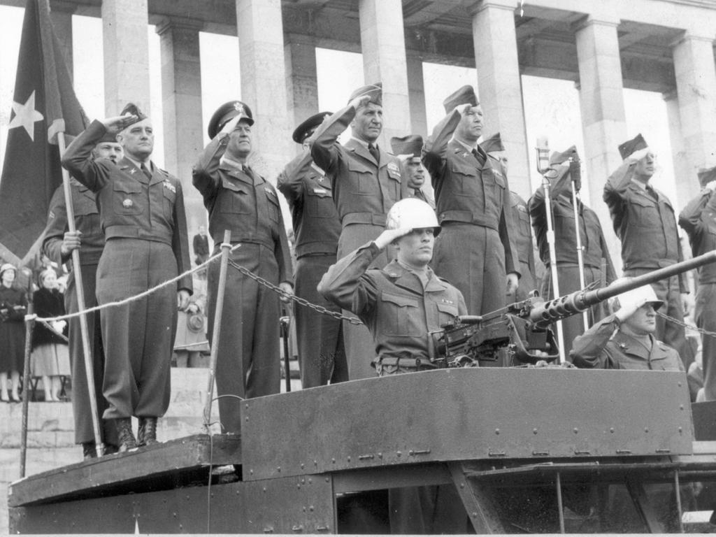 veröff. 5.4.1955 MOTIV: US-Armee in Nürnberg. Das Zeppelinfeld auf dem ehem. Reichsparteitagsgelände erlebte gestern die Abschiedsparade eines US-Battalions. Hier: Auf einem Armeelastwagen, armiermit überschwerem Maschinengewehr, namen die Offiziere die Parade ab. Vorne links Brig. - General Robert H. Booth, neben ihm der Kommandierende Offizier des 70. Artillerie Battalion, Lt. Col. Abb. Chrietzberg