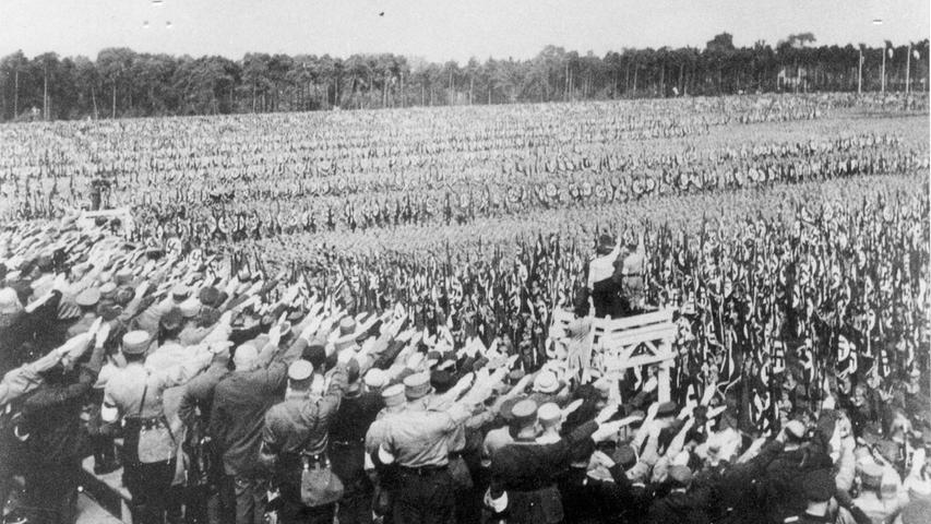Das Reichsparteitagsgelände diente im Dritten Reich als überdimensionaler Versammlungsort.  Doch auch nach dem Ende von Hitlers Schreckensherrschaft lag das Gelände nicht brach, sondern diente friedlichen Veranstaltungen als Austragungsort - von Norisring-Rennen bis Rockkonzerten. Die Anfänge waren bescheiden: Beim Aufmarsch von NS-Funktionären am 2. Speptember 1933 auf dem Zeppelinfeld wirkte vieles noch provisorisch, stehen die Braununiformierten noch auf Holzbänken.