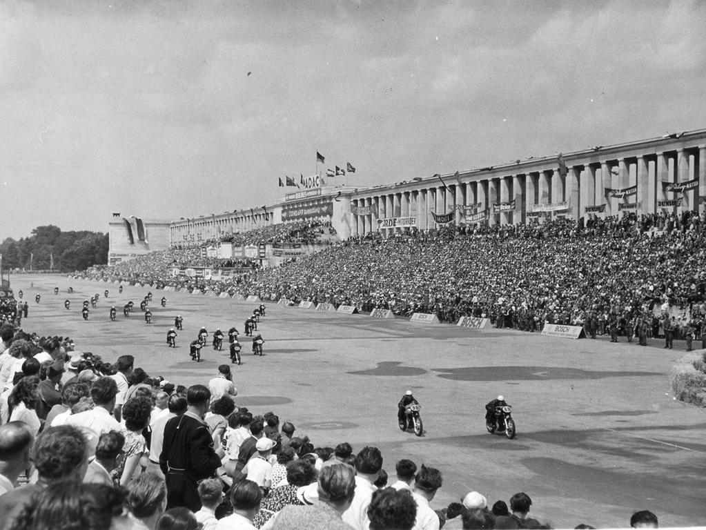 Nürnberg. um 1950, 1950er Jahre. Motorradrennen, Norisring - Rennen Nürnberg am Zeppelinfeld, Steintribüne, ehem. Reichsparteitagsgelände.
