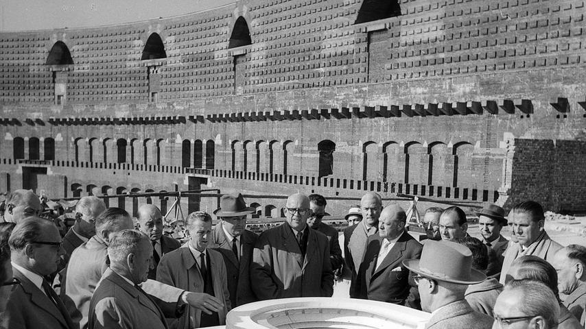 Städtische Politiker, Mitarbeiter des Hochbauamtes und Sportler blicken auf das Modell des geplanten Fuballstadions, das im Innenhof der Kongresshalle entstehen soll.