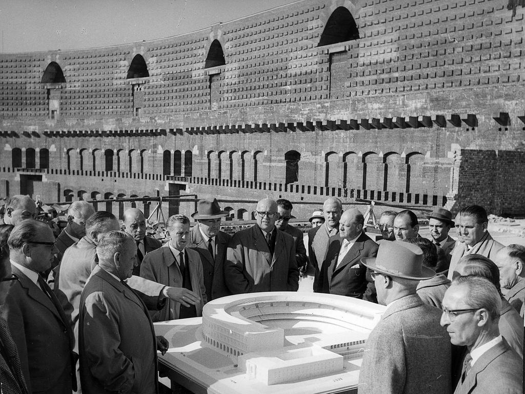 Nürnberg, Reichsparteitagsgelände - Kongresshalle. Städtische Politiker, Mitarbeiter des Hochbauamtes und Sportler blicken auf das Modell des geplanten Fuballstadions, das im Innenhof der Kongresshalle entstehen soll.