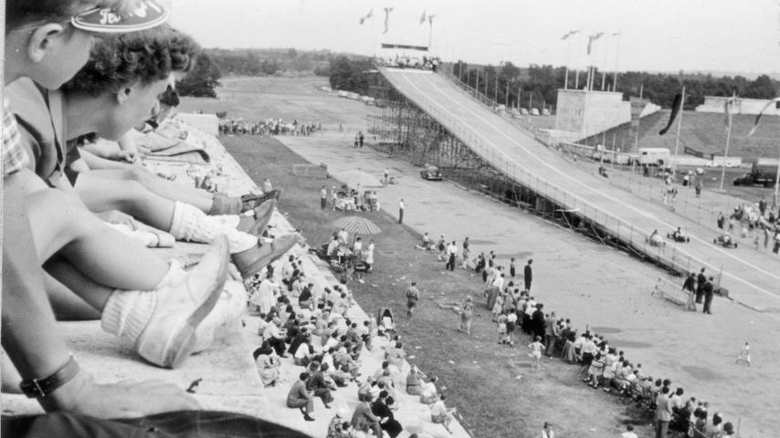 Seifenkistenrennen im Sommer 1952 auf dem Zeppelinfeld.