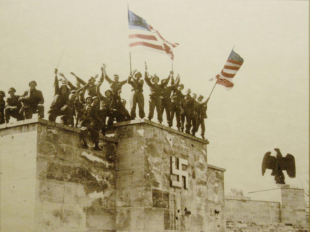 Zeppelintribüne am 20. 04. 1945, in der Ausstellung über das ehemalige Reichsparteitagsgelände  und seiner US-Amerikanischen Nutzung in der Nachkriegszeit.  Foto: Hagen Gerullis 20050427