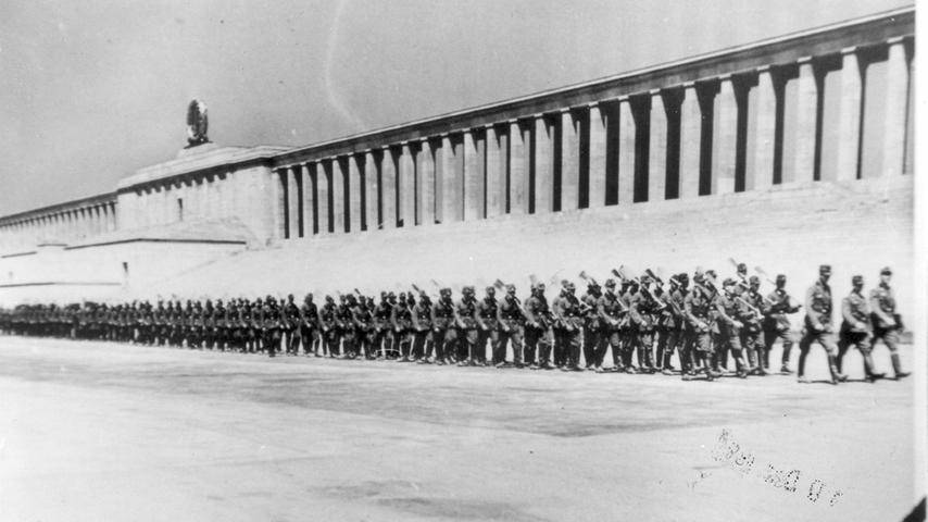 Zigtausende Arbeiter begannen 1937 mit den Aushubarbeiten für das Stadion, doch diese waren bis Kriegsbeginn 1939 noch nicht vollendet. Als Anfang 1945 die Grundwasserpumpen auf der Baustelle abgeschaltet und die Arbeiten eingestellt wurden, lief die bis zu 9,5 Meter tiefe Baugrube mit Wasser voll — der Silbersee entstand.