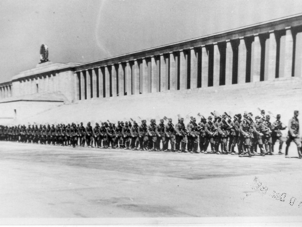 Vorbeimarsch an der Tribüne auf dem Zeppelinfeld: Die Männer des Arbeitsdienstes auf dem Heimweg vom Lager-Bau in Mögeldorf zu ihrem Barackenlager im Reichsparteitagsgelände.