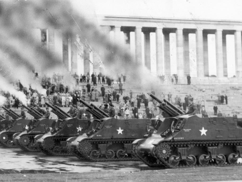 veröff. 5.4.1955 MOTIV: US-Armee in Nürnberg. Das Zeppelinfeld auf dem ehem. Reichsparteitagsgelände erlebte gestern die Abschiedsparade eines US-Battalions. Hier: Sechs Haubitzen schossen Salut, nachdem sie an den Offizieren vorbeigefahren waren. Dichte Rauchwolken hüllten für kurze Zeit die Tribüne und die Zuschauer ein.
