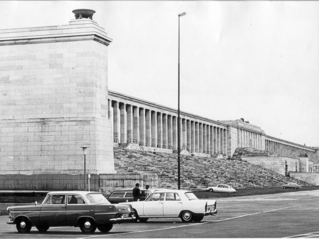 MOTIV: Nürnberg, Zeppelintribüne, wohl sechziger Jahre.