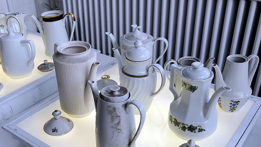 """Porzellan in allen Produktionsstadien sammelte Susanne Neumann (re.) in der stillgelegten Fabrik an ihrem Heimatort Waldsassen für ihr Kunstprojekt """"Über das Verschwinden""""."""