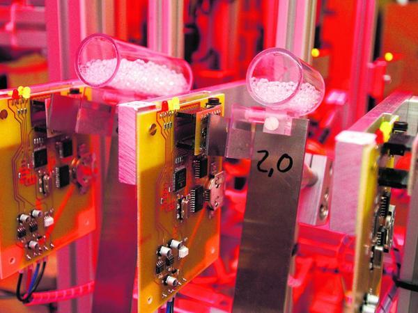 Ein Versuchsaufbau mit granularen Dämpfern auf gespannten Blattfedern samt Messelektronik.