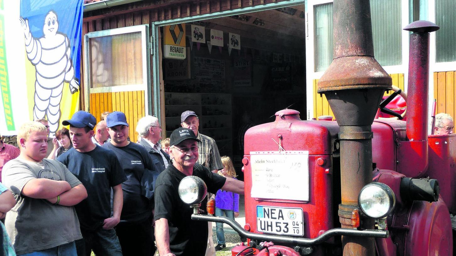 Stolz präsentiert Uwe Hufnagel aus Oberaltenbernheim seinen Lanz Bulldog. Sein gleichmäßiger Klang kommt aus einem großvolumigen Ein-Zylinder-Motor. Das Kennzeichen des Oldtimers weist auf sein Baujahr, nämlich 1953, hin.