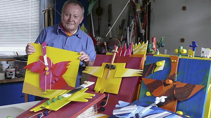 """""""Sie sind mir ans Herz gewachsen"""": Karl Heinz Kühler mit den """"Zupfbuntengeln"""" in seinem Atelier. Verkauft werden sie zugunsten der Roßtaler Kindergärten."""