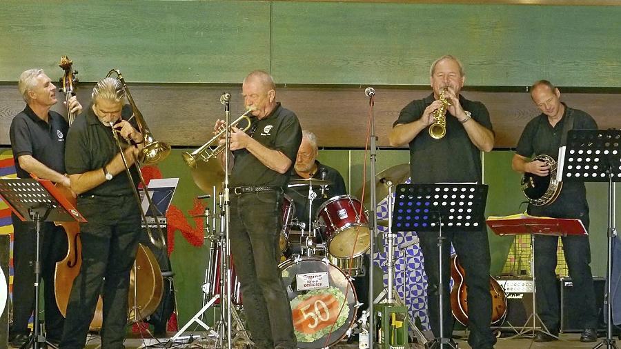 Auch wenn das Publikum nur spärlich erschienen war: Collegium Dixicum zeigte den wenigen Zuhörern, was die 50-jährige Band drauf hat.