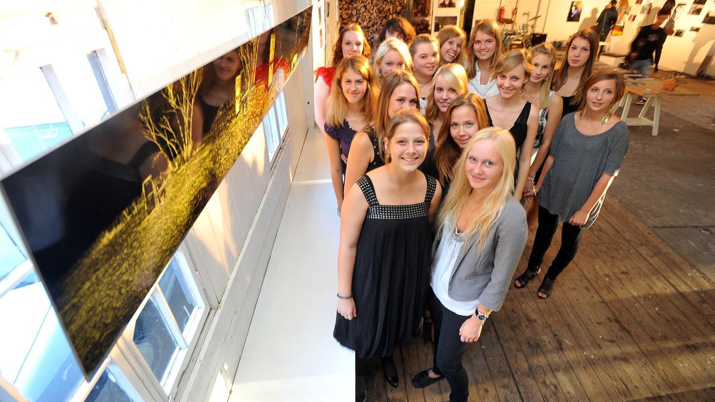 Gruppenbild mit Damen und Foto: Das Projekt-Seminar Kunst des Schliemann-Gymnasiums bekam im alten Flussbad Gelegenheit, eine eigene Ausstellung auf die Beine zu stellen.