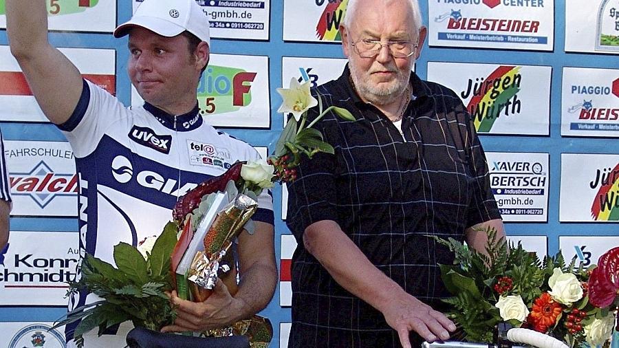 Ein letzter sportlicher Gruß an die vielen Steherfans: Mario Vonhof (li.) und Dieter Durst haben ihre lange und erfolgreiche Karriere beendet. Mit Rat und Tat wollen sie aber dem Verein Sportplatz weiterhin zur Seite stehen.