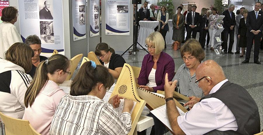 Die Veeh-Harfengruppe (vorne) umrahmte die Eröffnung der Ausstellung in der Sparkasse.