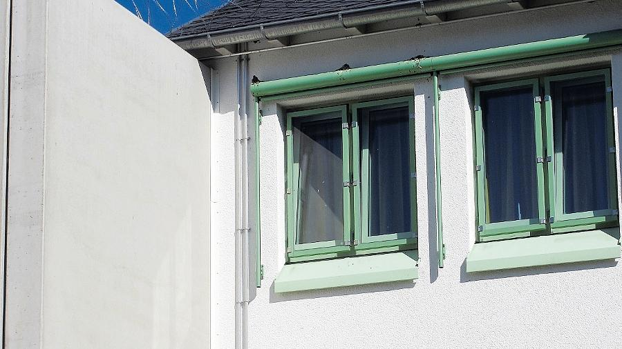 Die forensische Abteilung des Bayreuther Bezirkskrankenhauses ist mit Kameras und Stacheldrahtrollen auf dem Dach streng gesichert.