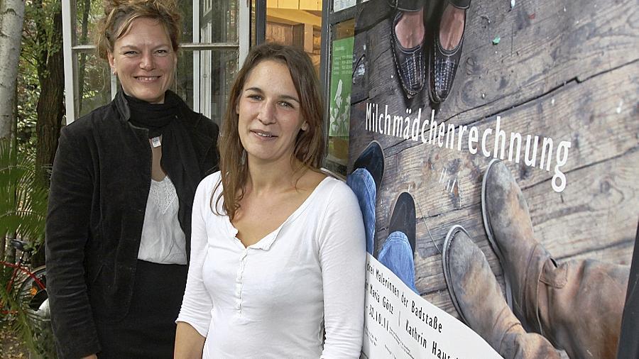 Im Kulturort Badstraße 8 künstlerisch daheim: Birgit Maria Götz (li.) und Kathrin Hausel. Nicht im Bild ist die Dritte im Bunde, Lucia Hufnagel.