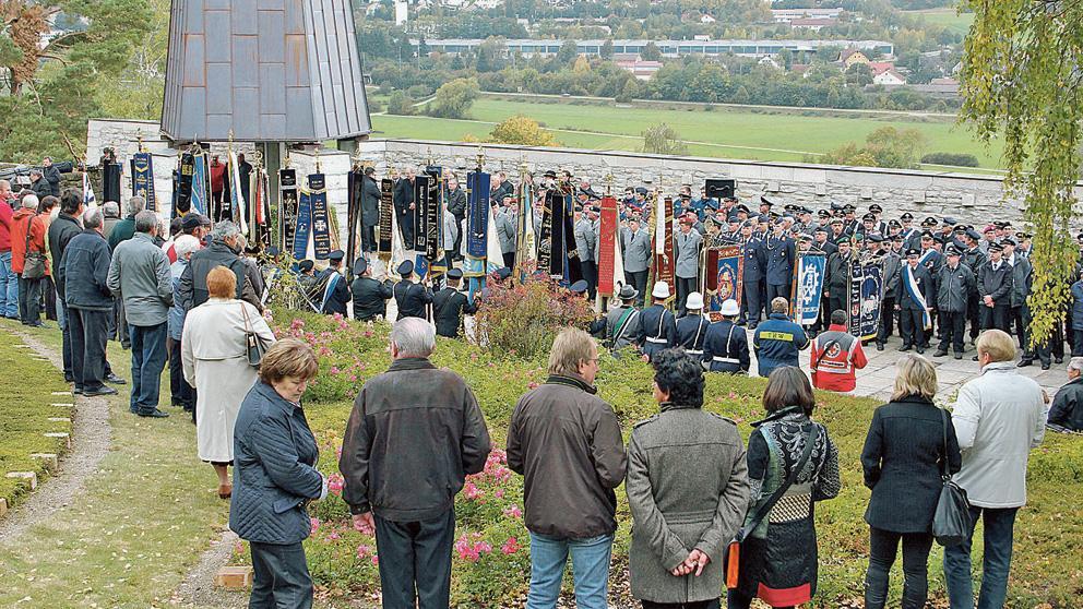 Zur Gedenkfeier waren neben den Besuchern zahlreiche Abordnungen von Vereinen und Institutionen gekommen.