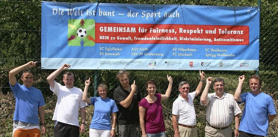 """Das Gräfenberger Sportbündnis macht unter anderem mit Transparenten und Infoständen bei Fußballturnieren auf ihr Thema aufmerksam: """"Nein zu Gewalt, Fremdenfeindlichkeit, Diskriminierung und Antisemitismus."""