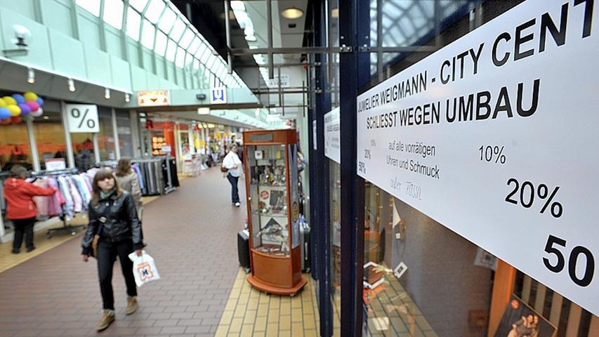 Die ersten Schilder an den Ladenfronten im City-Center lassen Ende 2011 erahnen, dass der Einkaufstempel demnächst für längere Zeit nicht mehr zugänglich  sein wird.