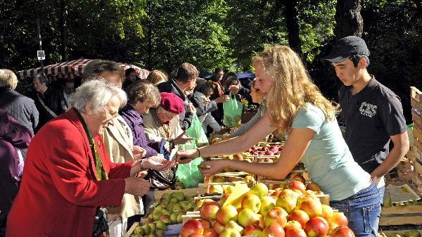 """...von den Besucherströmen war auch Veranstalterin Monika Preinl vom städtischen Amt für Umweltplanung. """"Das sind Tausende, ich bin total zufrieden"""", schwärmte sie. Spaß hatten große..."""